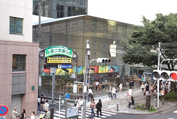 歩道橋から見たApple Store表参道