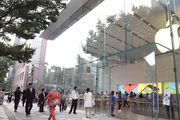 Apple Store表参道A-2 出口付近