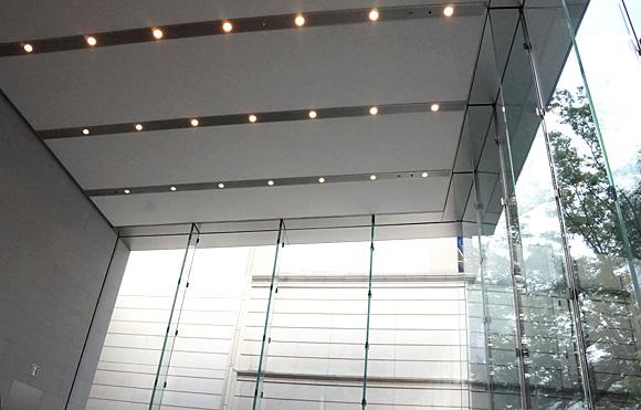 Apple Store表参道。ショールームの天井を見ると微妙に勾配がある