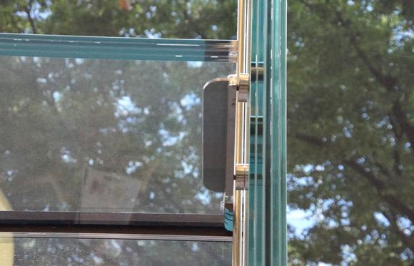 Apple Store表参道の分厚いガラスは5層の合わせガラスで厚みは約50ミリ程だろうか