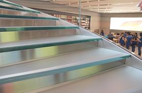 Apple Store表参道の階段ガラスの断面